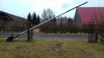 Szlaban pionowy z przeciwwaga o dlugosci ponad 7 metrow.